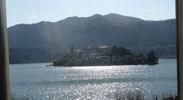 Den vidunderlige udsigt over øen San Giulio fra din dagligstue
