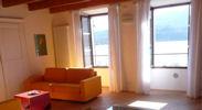 Den rummelige stue, med nye egetræsgulve, synlige loftsbjælker, og moderne møbler