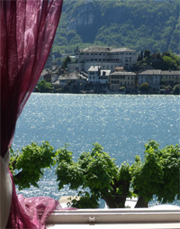Isola - one bedroom apartment with bedroom with superb view overlooking the main square of Orta San Giulio